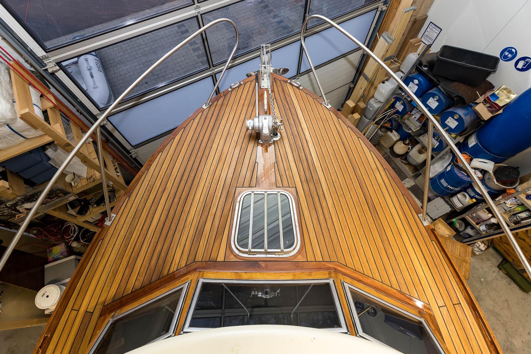 Teakdeck-Sanierung-Saisonbegleitung-Motoryacht-Anguilla-Norman-Bootsbau-Potsdam